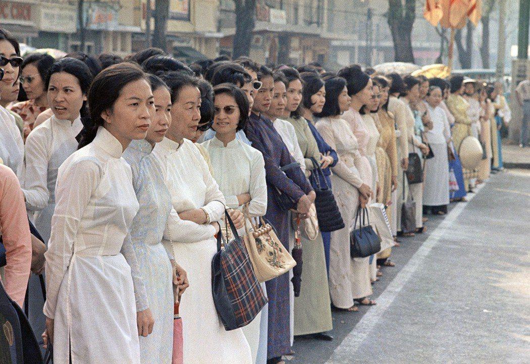 「我第一次著魔,是因為那些身穿白綢長褲、高挑幽雅的女郎...是因為卡蒂納街的法國...