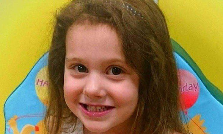 英國的5歲女童3年前因氣喘發作到診所求診,診所卻以女童和媽媽遲到超過10分鐘為由...