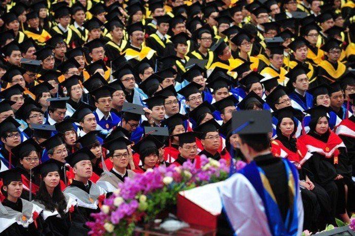 就連頂尖大學也難逃教授被挖角、聘不到新血的命運。未來五到十年,畢業典禮台下的學生...