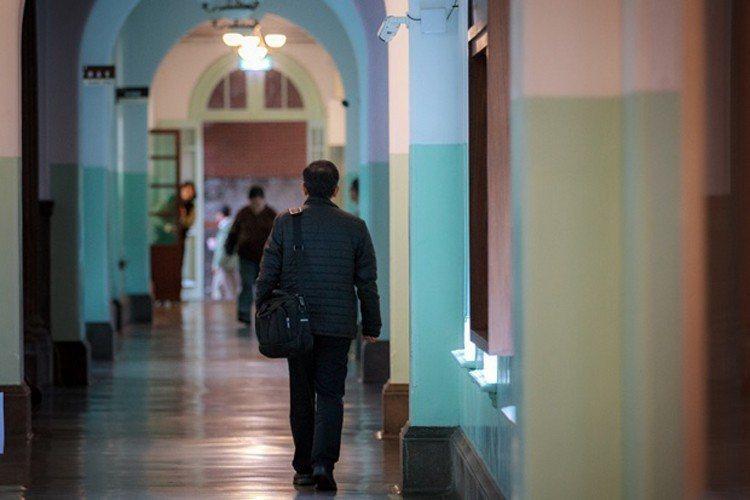 老師學生來來往往,零星的腳步聲迴盪在台大古老的長廊,過往熱鬧的景象已不再。(邱劍...