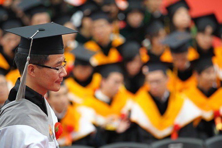 愈來愈少人念博士班影響國內師資,而國外攬才不易,雙重打擊台灣大學師資。(邱劍英攝...