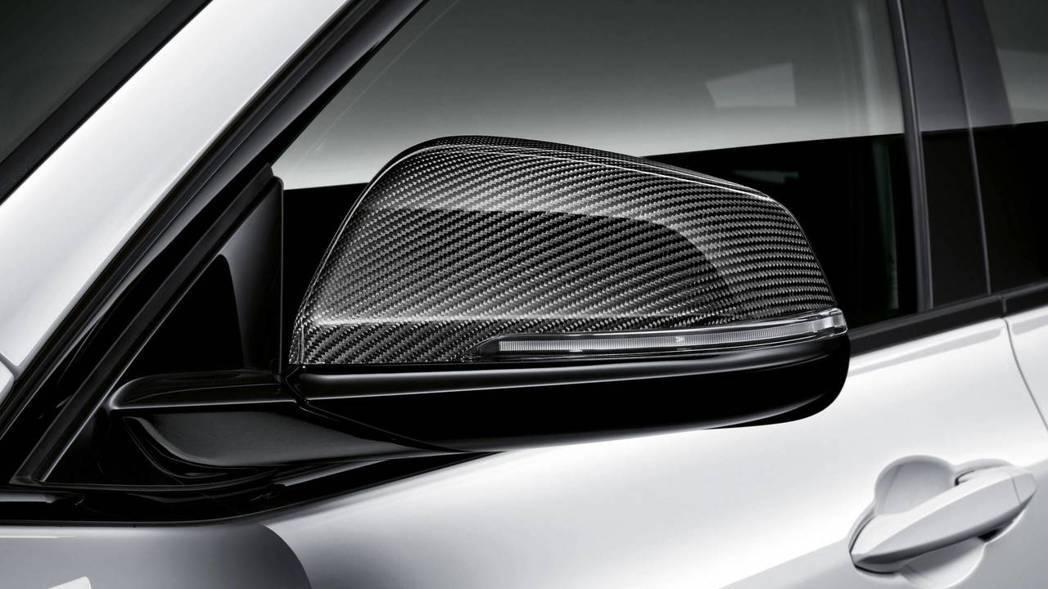 高光澤碳纖維後照鏡蓋。 摘自BMW