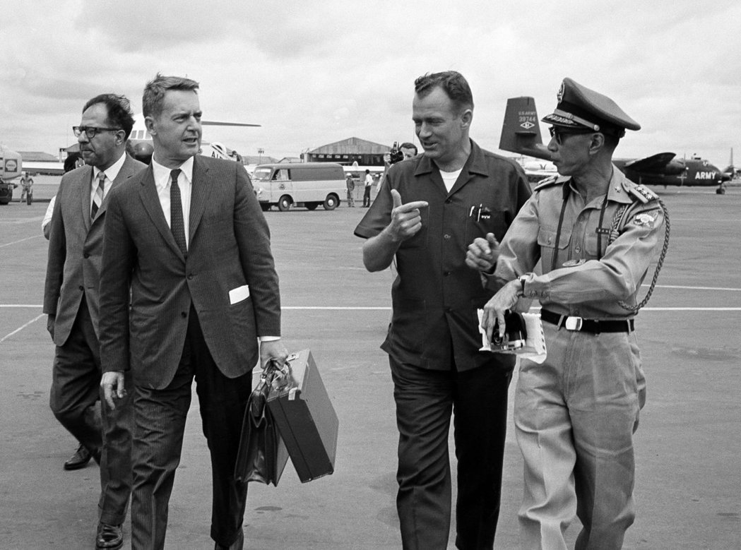 許多人懷疑蘭斯代爾(左),就是沉靜的美國人的腳色原型。圖為1965年8月,造訪西...