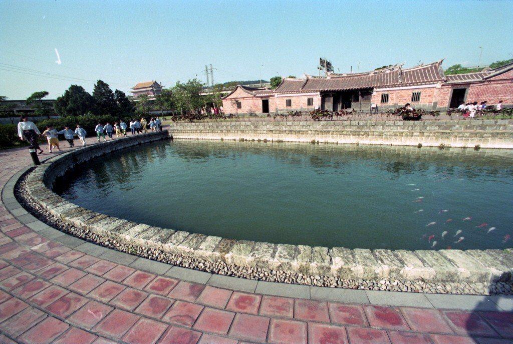 林安泰古厝經古蹟學者專案會勘後指出,古厝前的水池,屋頂紅瓦,宮燈及室內家具擺設均...