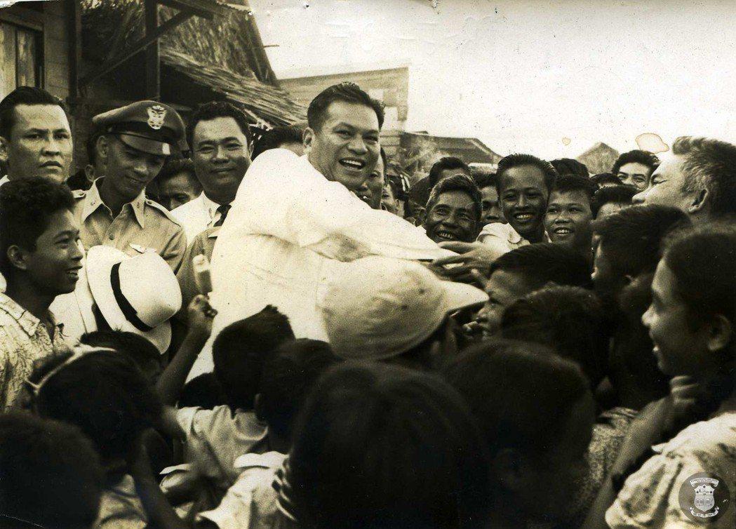 「亞洲需要他們自己的英雄,所以我創造了麥格賽賽(中)。」 圖/菲律賓總統府圖書館