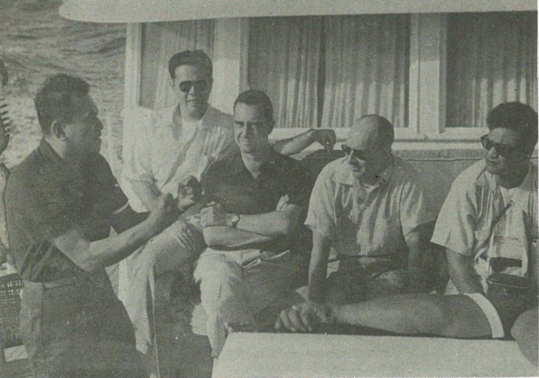 在蘭斯代爾(中,抱胸者)操作下,麥格賽賽(左,拳擊者)得到媒體的重視,《時代》雜...