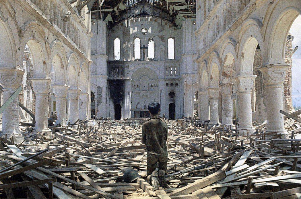 「我把我的美國信仰帶進了亞洲的爭鬥裡。」圖為1972年,遭到戰火摧毀的越南天主教...