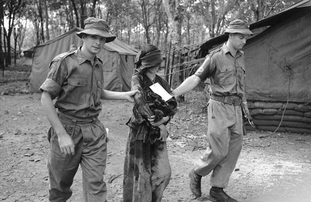 圖為遭到聯軍逮捕「越共」——她身上的濕衣服,是遭遇水刑的痕跡。 圖/美聯社