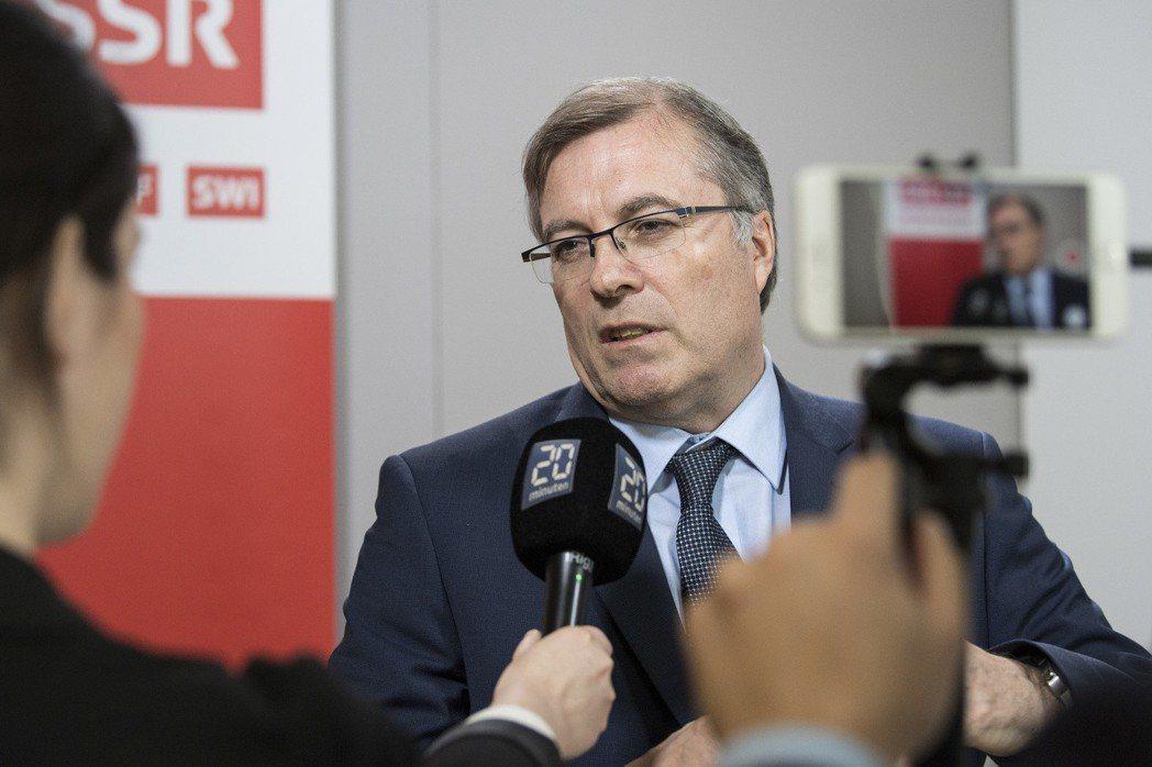 瑞士在近日辦理了公投,來決定強制對家庭及企業徵收收視費用的規定是否該廢除,結果高達71.6%投下有效票,贊成繼續讓瑞士廣播電視集團(SRG SSR)及其他的公共媒體繼續從他們的口袋收錢。圖為集團總裁Jean-Michel Cina。 圖/美聯社