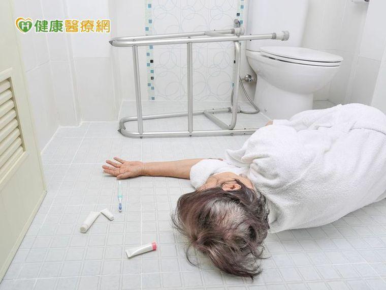 為什麼老人易跌倒? 重心不穩是主因