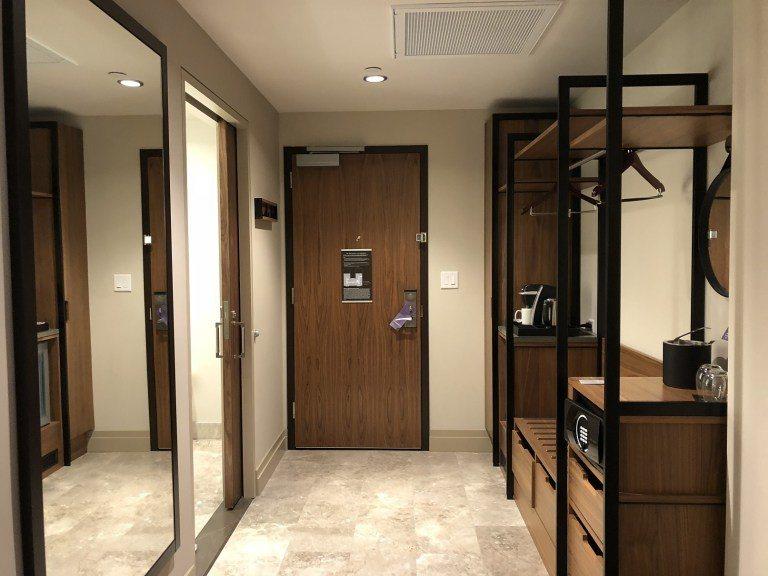 這是房間入口。現在都比較流行開放式的衣櫃,來掛外套或放行李等等。圖文來自於:Tr...