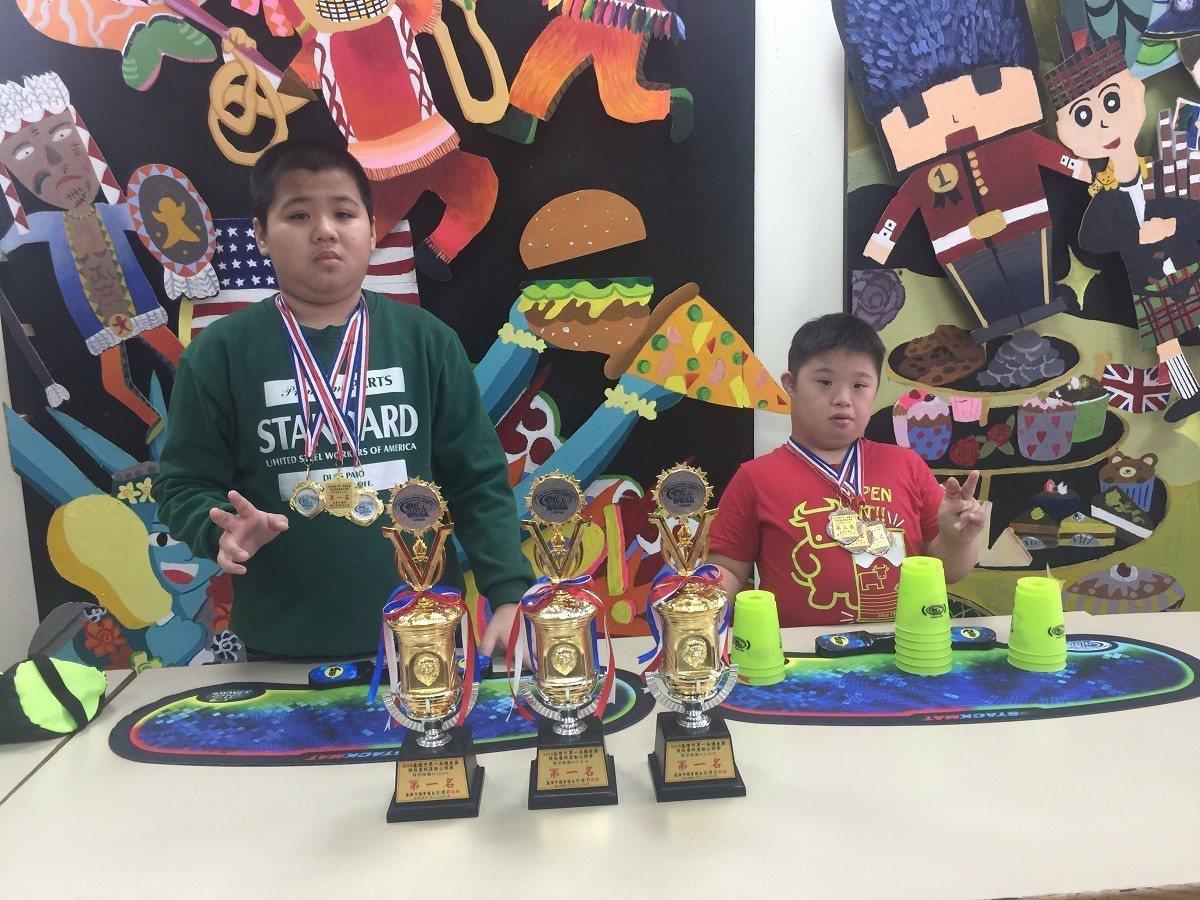 淡水國小特教班學生李浚宏雖然是一名重度自閉症學童,在一年當中,總共獲得17座疊杯...