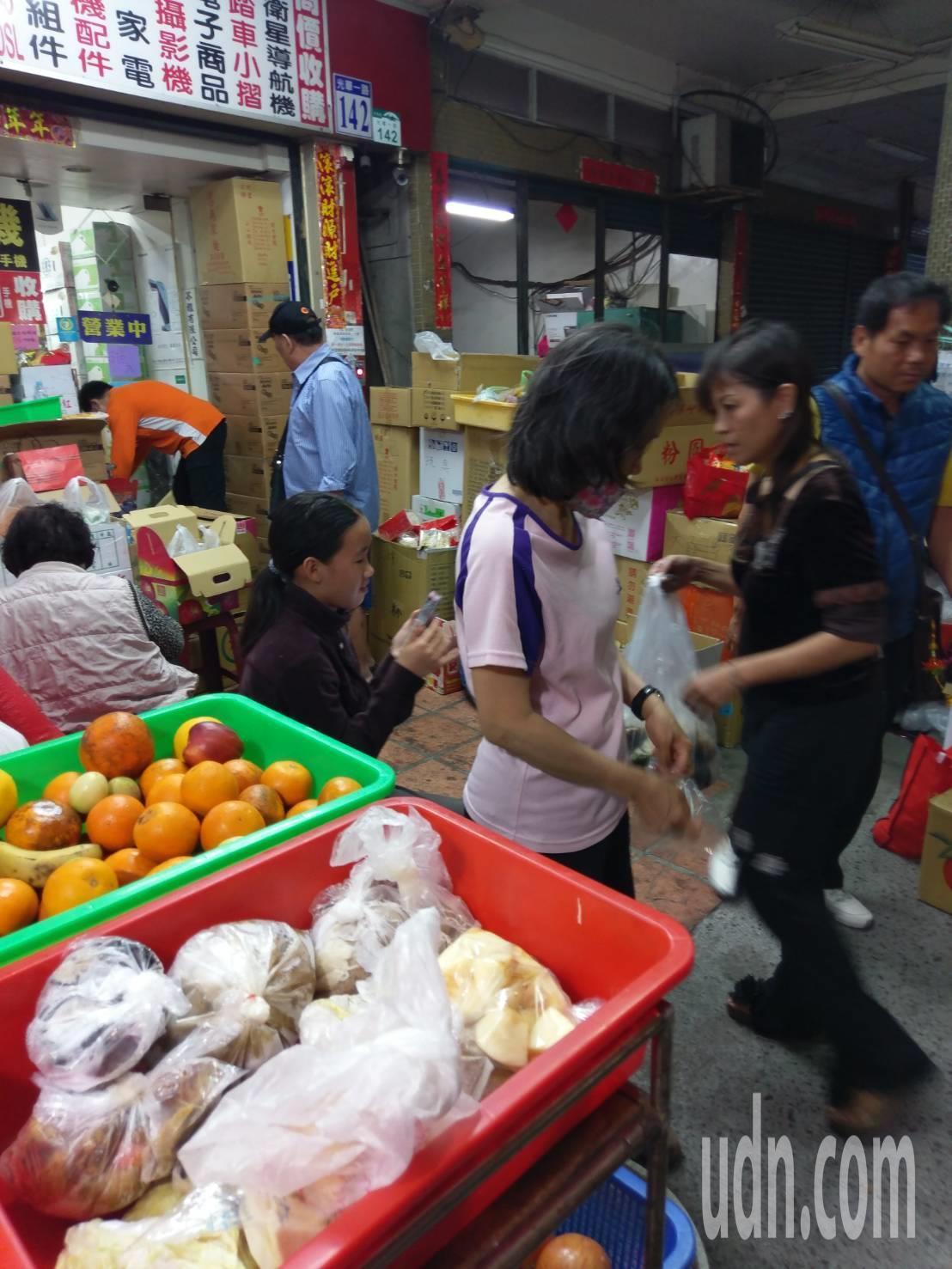 通訊行業者陳勝雄推出的「愛心食物冰箱」,他說,最近常常接近斷糧的狀態,提醒民眾,...