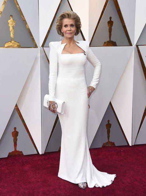 珍芳達(Jane Fonda)這樣真的是80歲嗎!穿著一身白色Balmain禮服、搭配蕭邦(Chopard)鑽石、Salvatorre Ferragamo高跟鞋的珍芳達一站上紅毯,全部人都被比下來。...