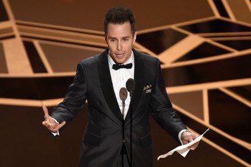 山姆洛克威爾以「意外」中充滿偏見的暴躁惡警拿下第90屆奧斯卡獎最佳男配角,他得知自己獲獎時開心熱吻身旁的「意外」女主角法蘭西絲麥朵曼,還為了念致詞而將獎項先放在地上,逐一感謝所有劇組人員及其他入圍者...