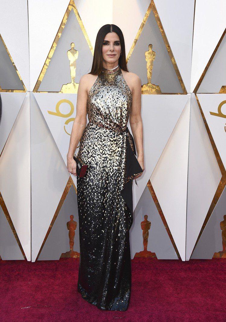 珊卓布拉克穿著LV亮片禮服。圖/美聯社
