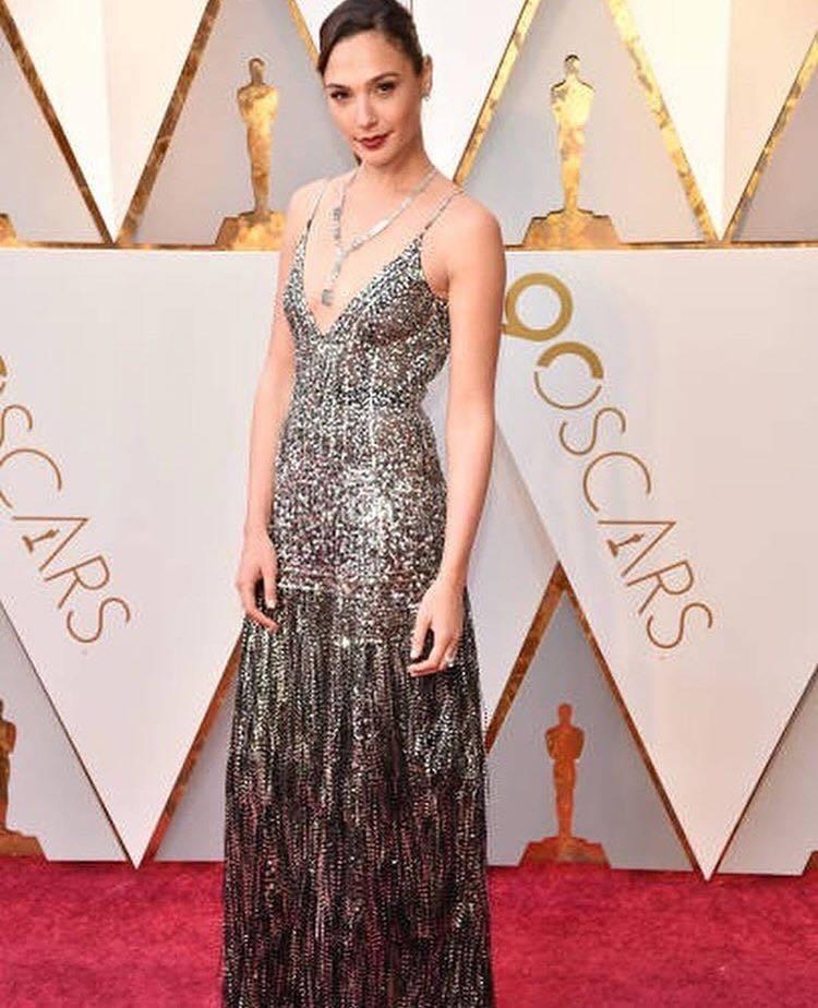 蓋兒嘉朵的低胸紀梵希禮服搭配Tiffany珠寶復古優雅。圖/美聯社