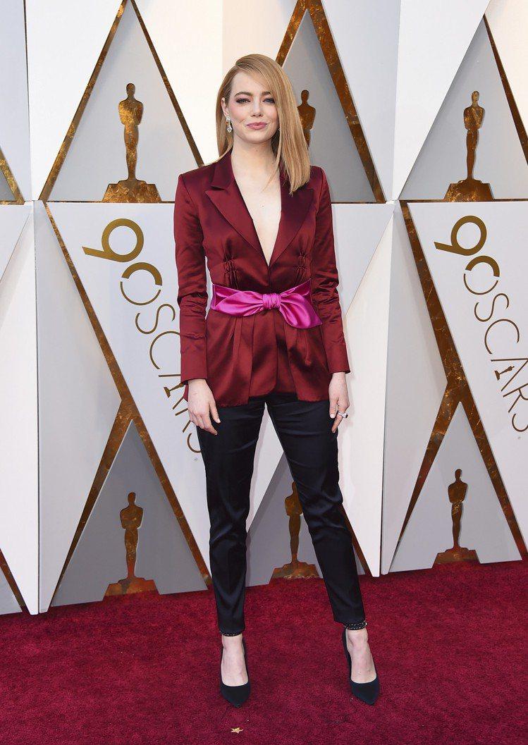 上屆影后艾瑪史東選穿Louis Vuitton酒紅色絲綢外套搭長褲,腰間用桃紅蝴...