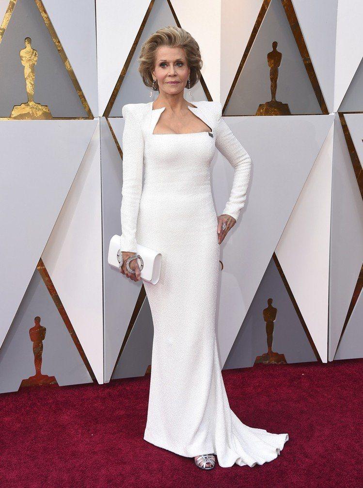高齡80歲的珍芳達則是用Balmain白色俐落線條穿出連年輕人都羨慕的完美身型。...