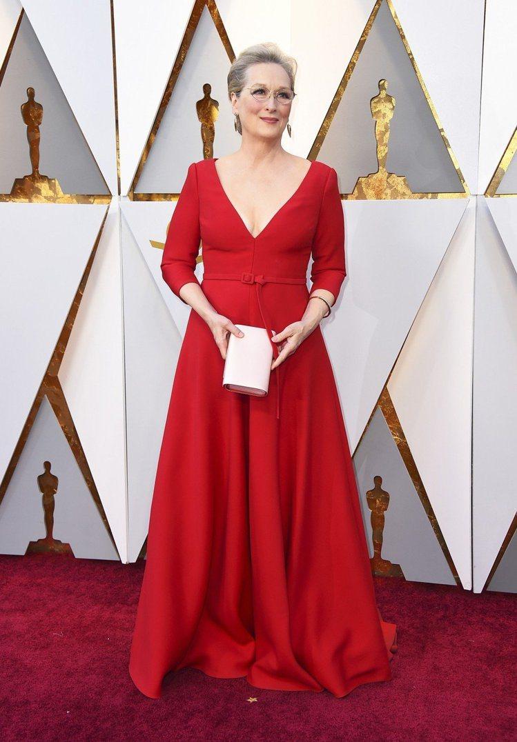 梅莉史翠普同樣選擇紅色Dior深V剪裁禮服,展現優雅從容氣質。圖/美聯社