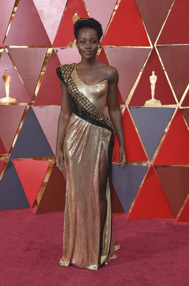 Lupita Nyongo的Calvin Klein禮服則是用不對稱的肩線設計帶...