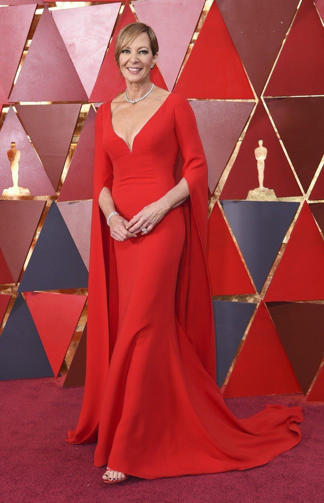 榮獲最佳女配角的愛莉森珍妮,以Reem Acra曳地長袖紅色禮服穿出氣勢。(美聯...