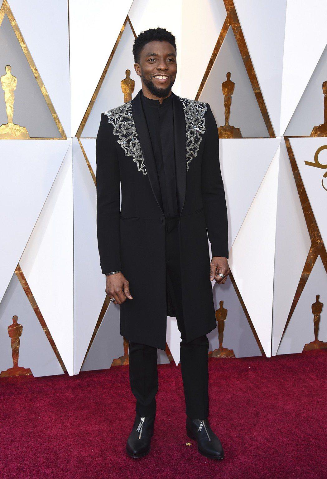 「黑豹」男主角Chadwick Boseman則不穿西裝,而是以Givenchy...