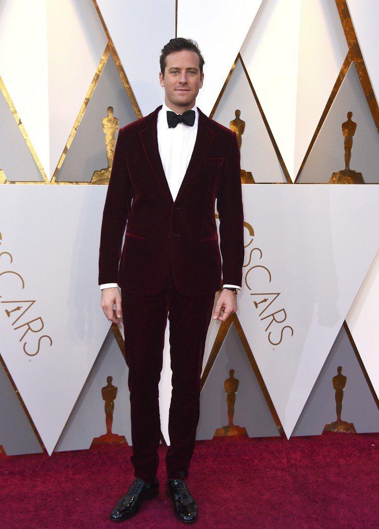 艾米漢默身穿Giorgio Armani酒紅色絲絨禮服內搭白襯衫、黑領結及皮鞋現...