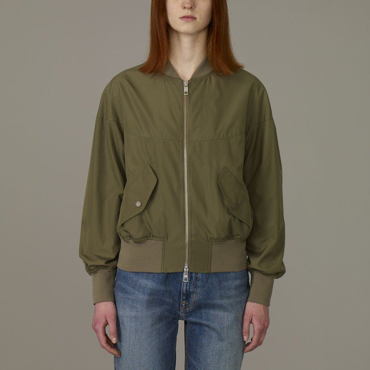 Kim Jones與GU合作系列女裝飛行外套,約1,790元。圖/GU提供