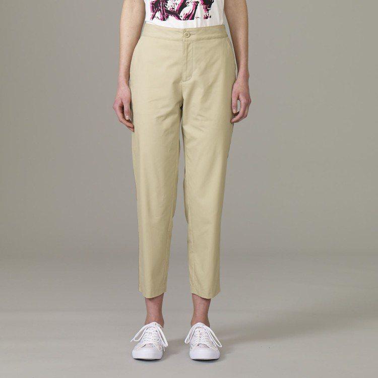 Kim Jones與GU合作系列女裝側邊線條設計褲,約990元。圖/GU提供