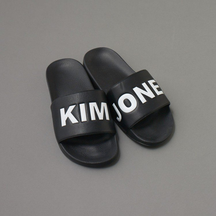 Kim Jones與GU合作系列女裝拖鞋,約790元。圖/GU提供