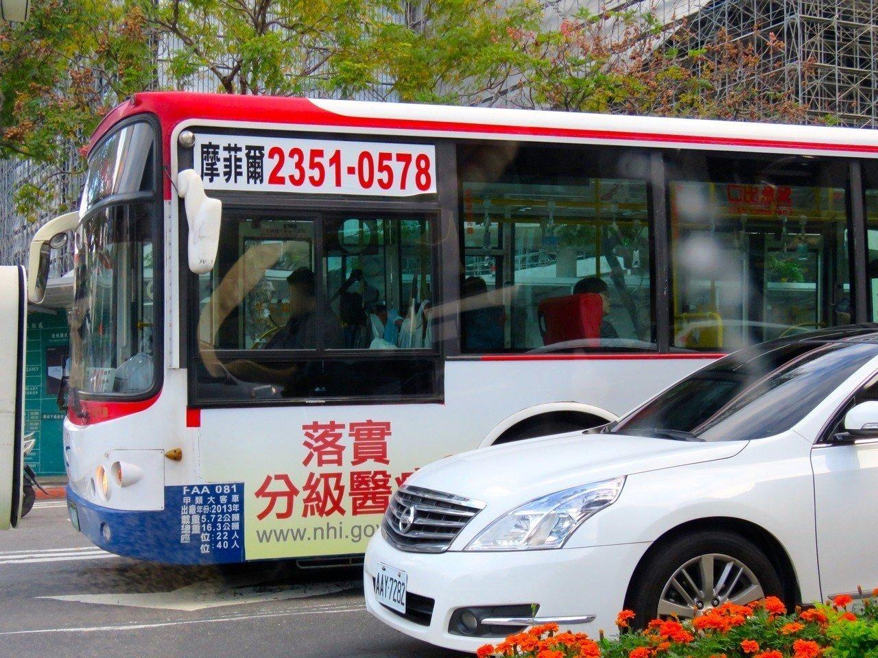 聽障人士爭工作權盼政府不要限制聽障者考大型車駕照。圖為台北市公車,與當事人無關。...