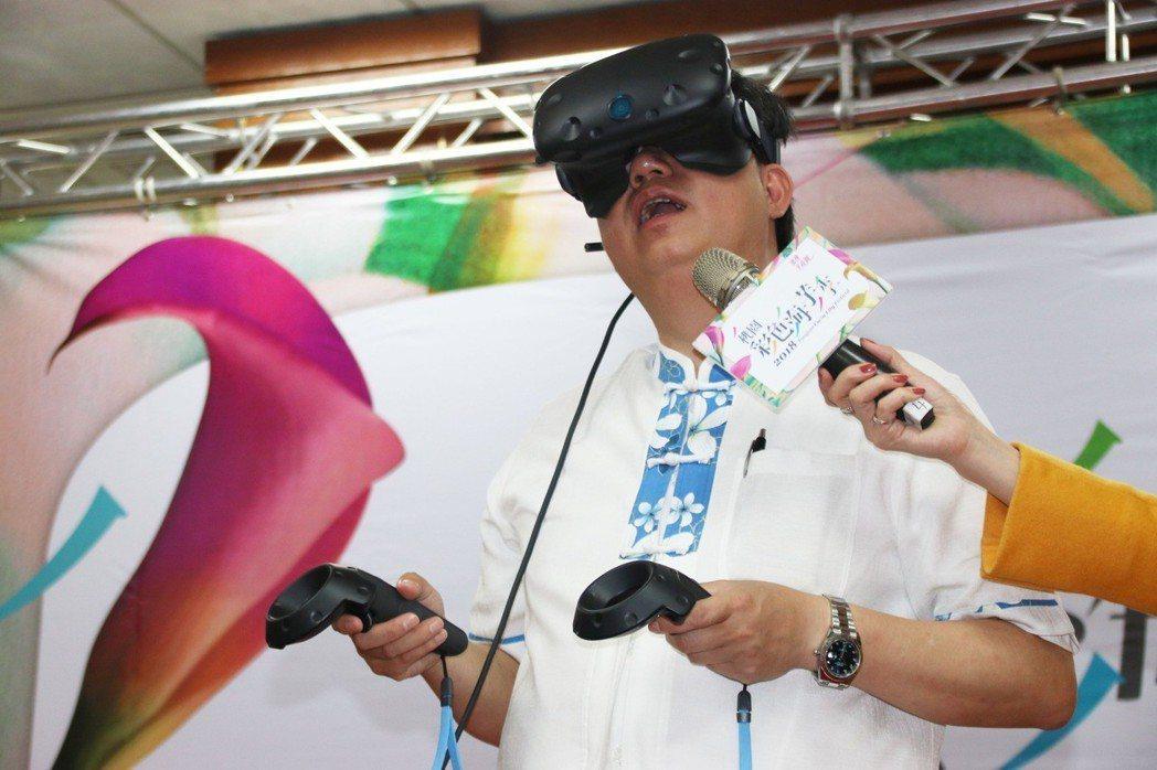 鄭文燦體驗VR虛擬實境,走進彩色海芋田採花。記者曾健祐/攝影