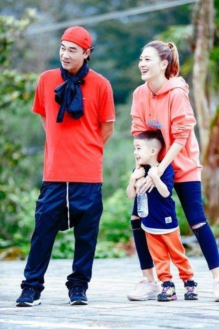 應采兒、陳小春與Jasper一家。圖/摘自微博