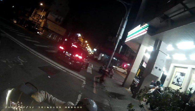 婦人酒駕被警攔下,她當街下跪。記者游振昇/翻攝