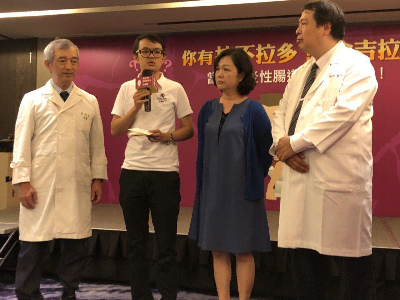 發炎性腸道疾病患者郭先生(左二)自小發病,一度生不如死。醫師建議,如有貧血、發燒...