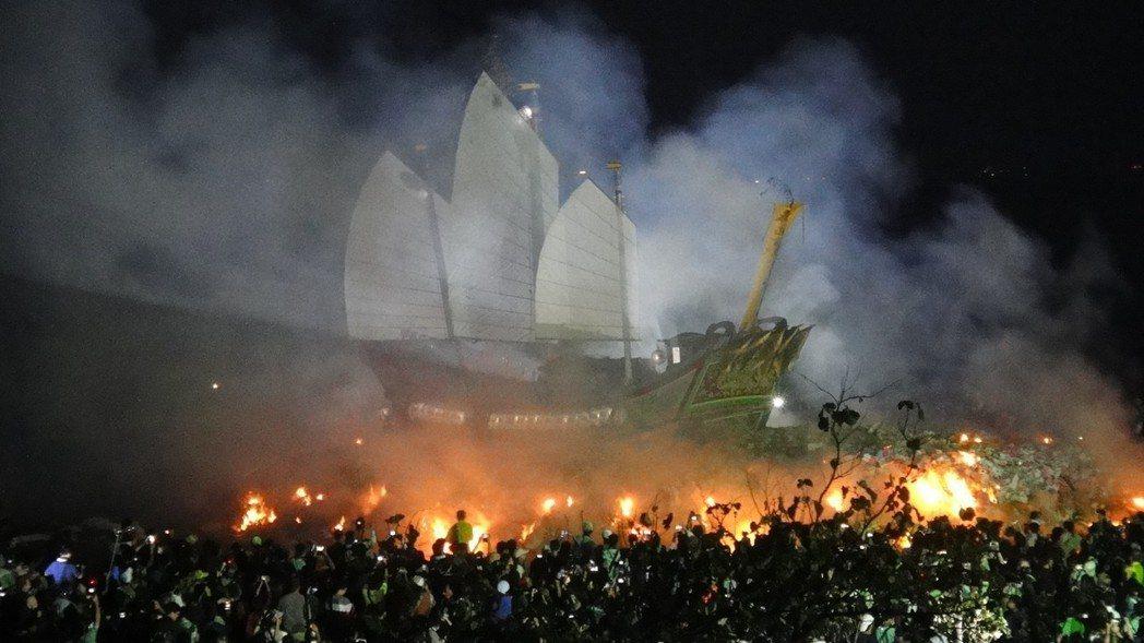 上一次乙未正科的東港迎王平安祭典,最後的「送王」儀式王船遊天河。圖/本報資料照片