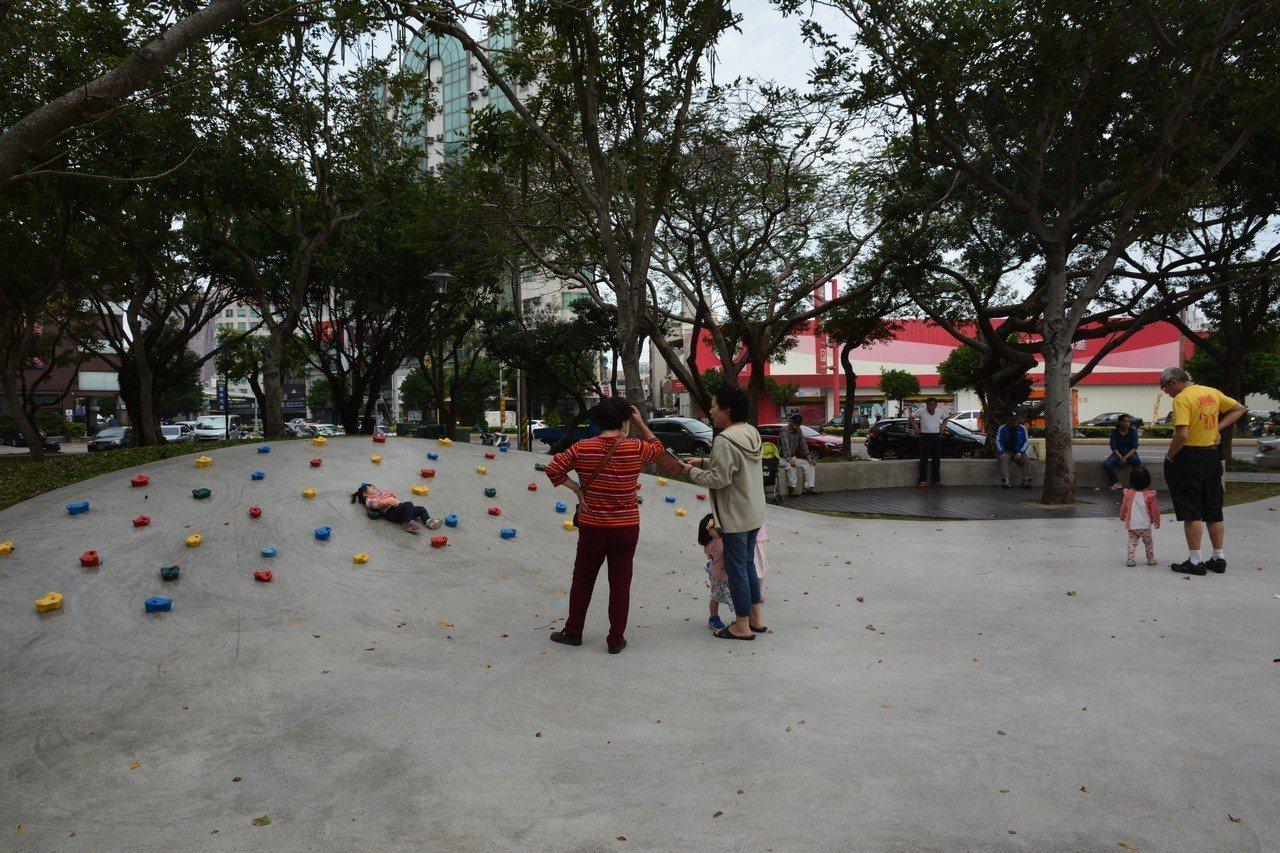 新竹市東大路到果菜市場近一公里的經國路段綠園道內的微笑溜滑梯。記者林家琛/攝影