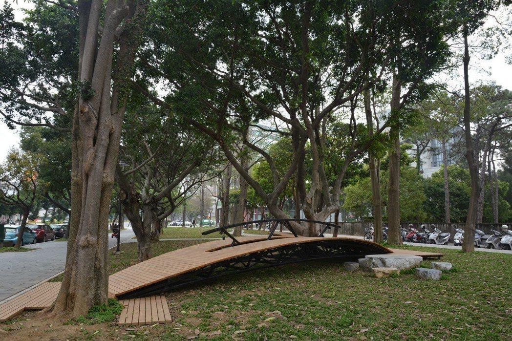 新竹市東大路到果菜市場近一公里的經國路段綠園道地景藝術今天啟用,圖為通往大榕樹的...
