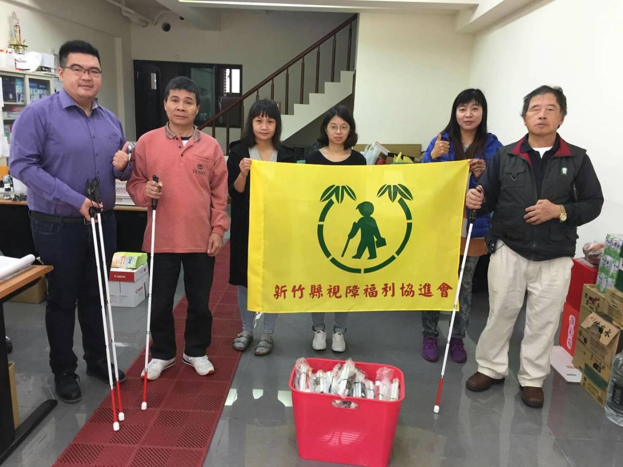 新竹青年劉志枰(左一)領到年終獎金和投稿等費用,全數購買200支光盲白手杖,捐給...