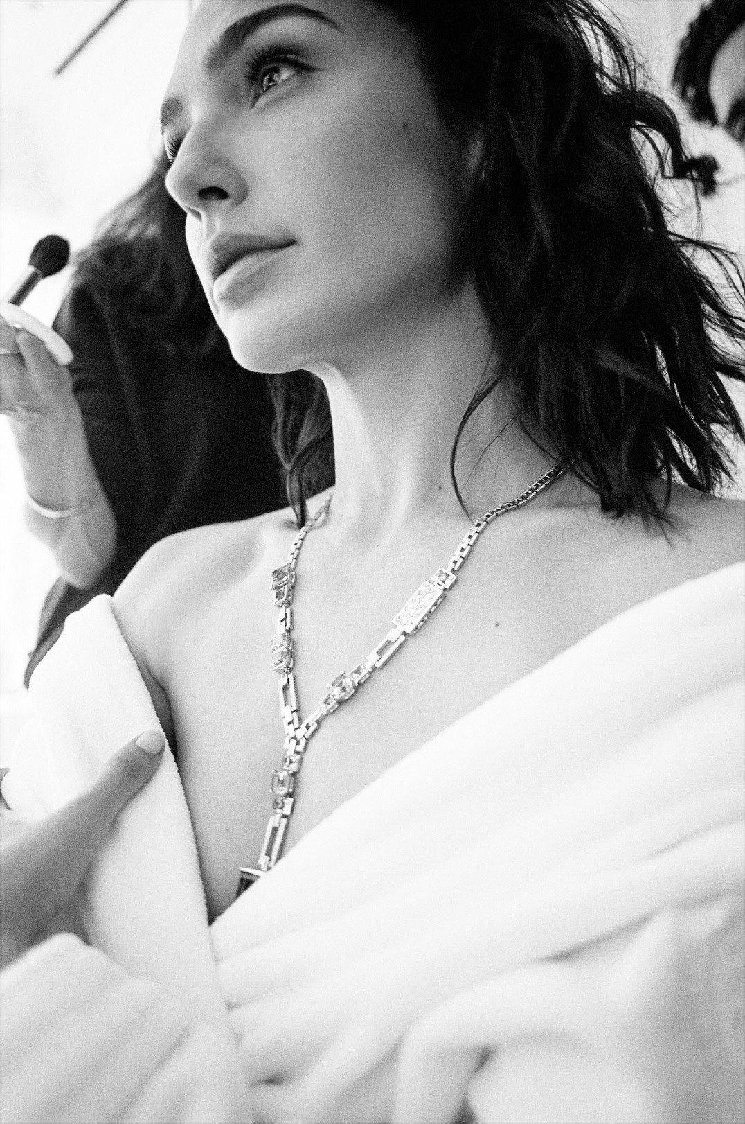 蓋兒加朵正在為第90屆奧斯卡金像獎梳化時,早配戴上Tiffany & Co. 2...