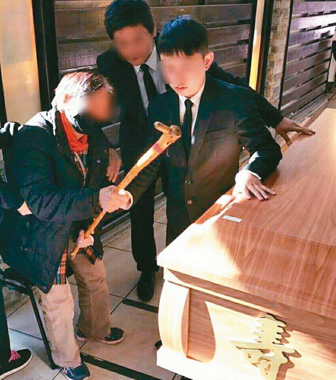 何女病逝,她80歲阿嬤在殯儀館拿拐杖敲打孫女棺木,令人鼻酸。 圖/取自臉書爆料公...