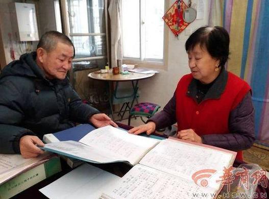72歲的袁玉梅與74歲的老伴梁潤民,16年來丈夫為她手抄500多首歌曲。(照片/...