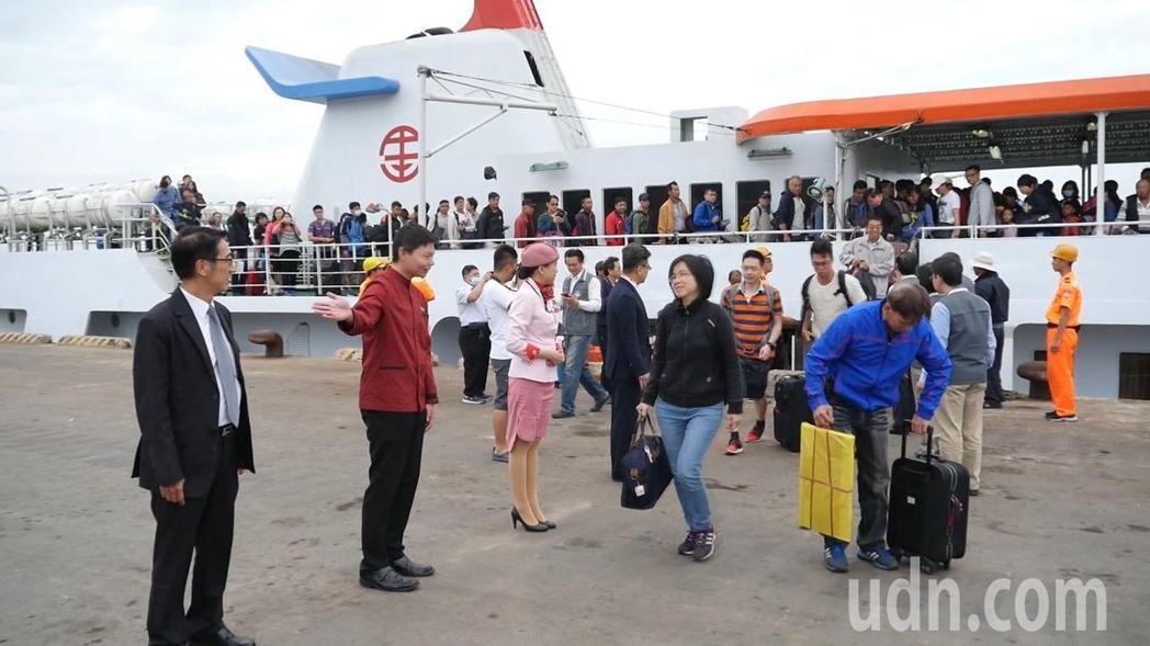 金門清明包船,每年都有不少鄉親搭乘,縣府也會派官員前往接船。記者蔡家蓁/攝影
