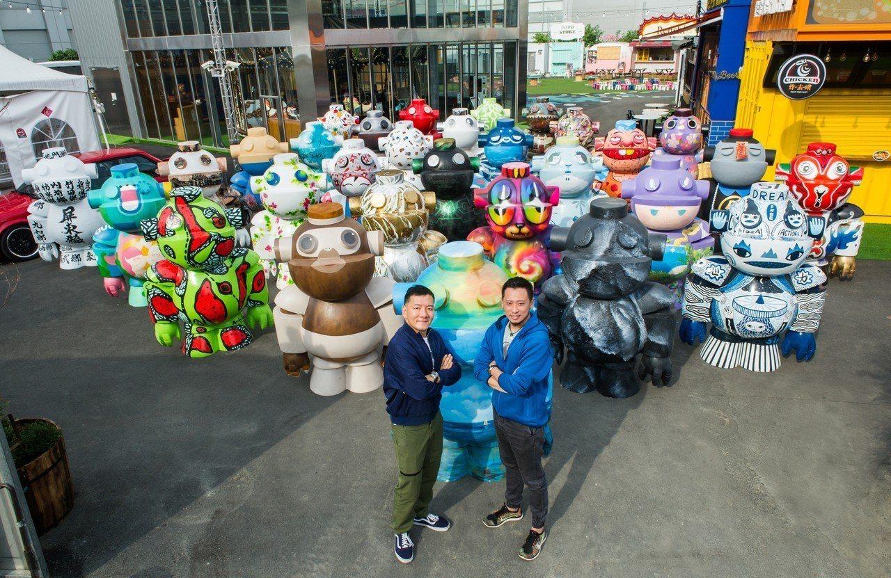 「種子音樂」創辦人田定豐(左)與重新創作的「Lucas機器人大軍」。圖/豐文創提...