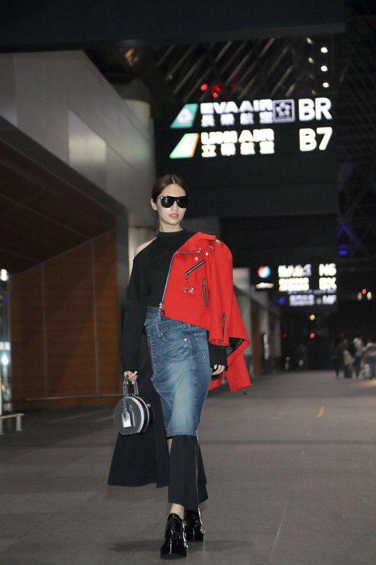隨興紮了馬尾的楊丞琳,穿著LV紅色裝飾短外套另搭拼接牛仔長裙,黑色上衣的露出一點...