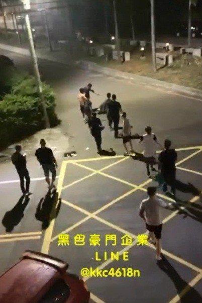 2酒客小吃店消費糾紛砸店打人, 反遭8少爺毆打。圖/擷自臉書「黑色豪門企業」