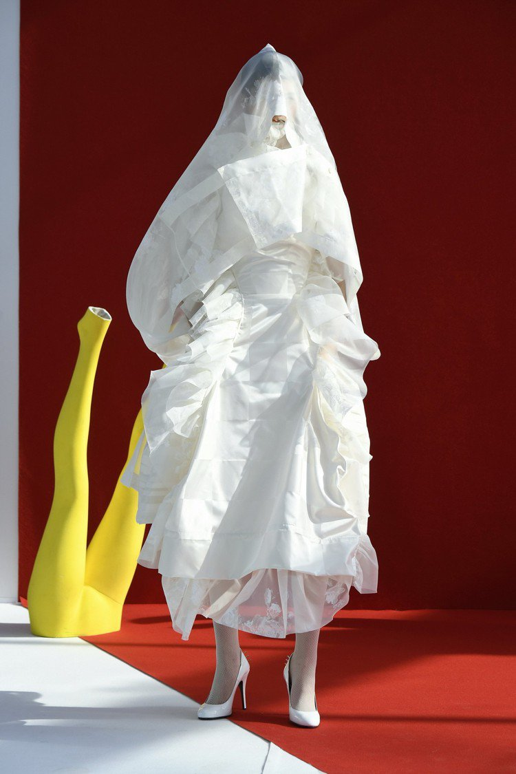 Andreas Kronthaler以舊庫存和剩餘原料製作出別具意義的白色禮服。...