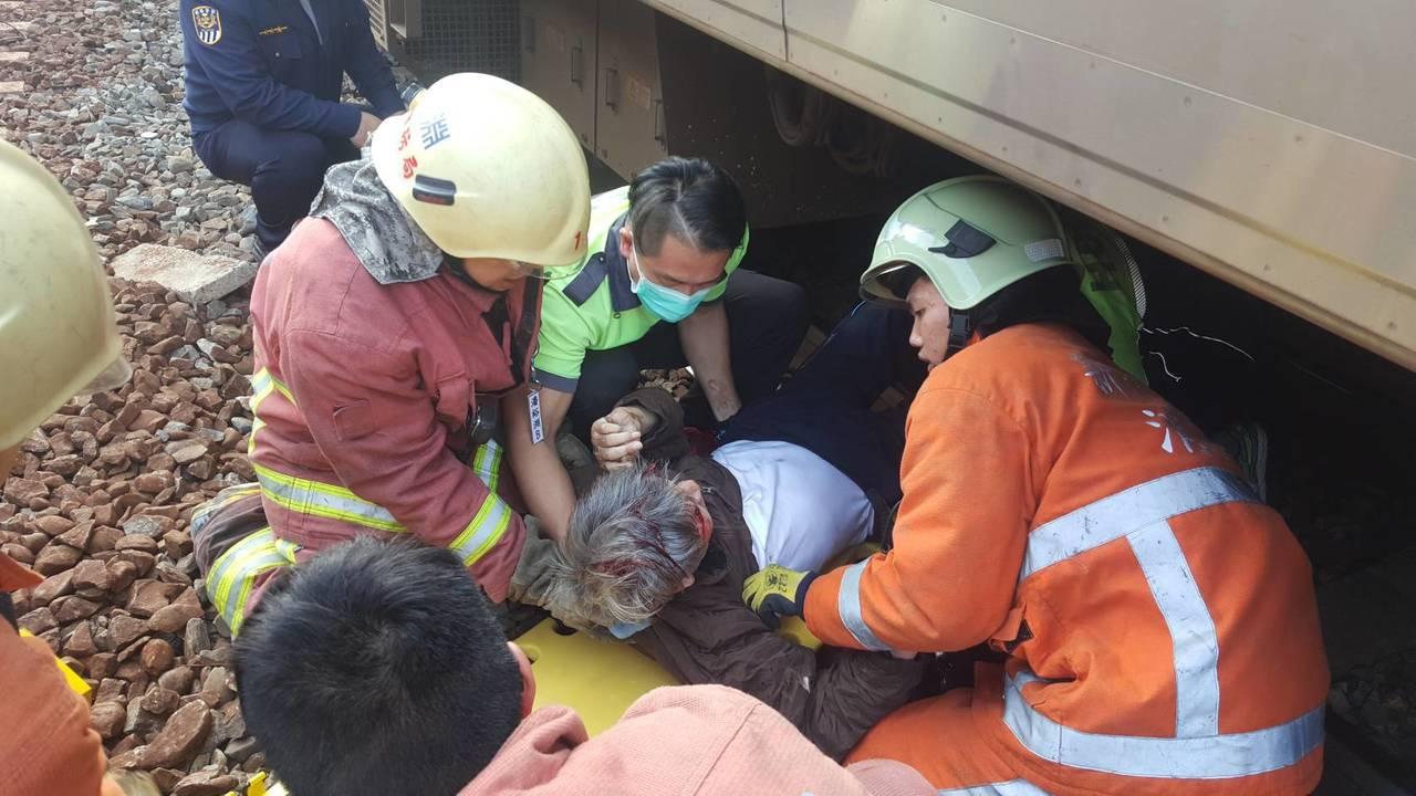 救護人員與台鐵人員合力將董男迅速拉出,董男幸運獲救。記者張雅婷/翻攝