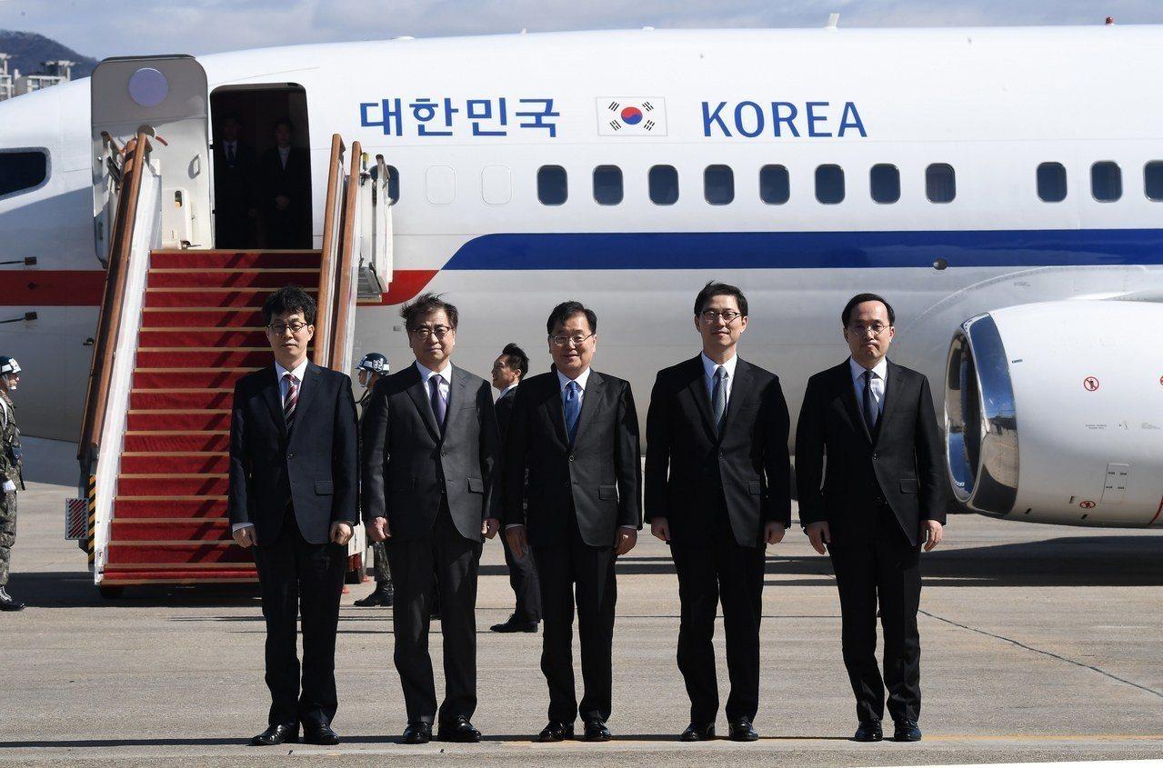 南韓總統府國家安保室室長鄭義溶(中)5日率領特使團在首爾準備搭機前往平壤。歐新社